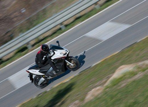 Aprilia SRV 850: prova su strada del maxi scooter sportivo di Noale - Foto 13 di 25