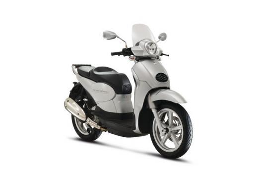 Aprilia Scarabeo 200, prestazioni e comfort per lo scooter classico che è sempre di moda - Foto 6 di 11