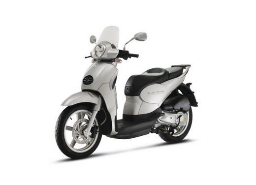 Aprilia Scarabeo 200, prestazioni e comfort per lo scooter classico che è sempre di moda - Foto 8 di 11