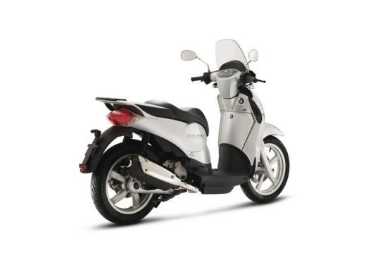 Aprilia Scarabeo 200, prestazioni e comfort per lo scooter classico che è sempre di moda - Foto 9 di 11