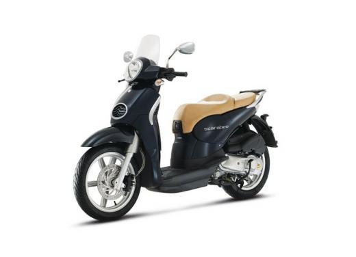 Aprilia Scarabeo 200, prestazioni e comfort per lo scooter classico che è sempre di moda - Foto 10 di 11