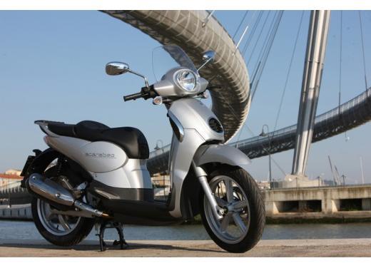 Aprilia Scarabeo 200, prestazioni e comfort per lo scooter classico che è sempre di moda - Foto 4 di 11