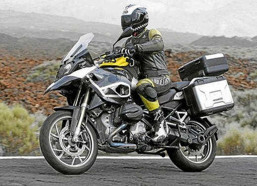 BMW R 1250 GS: foto spia della nuova adventure bike tedesca - Foto 2 di 9