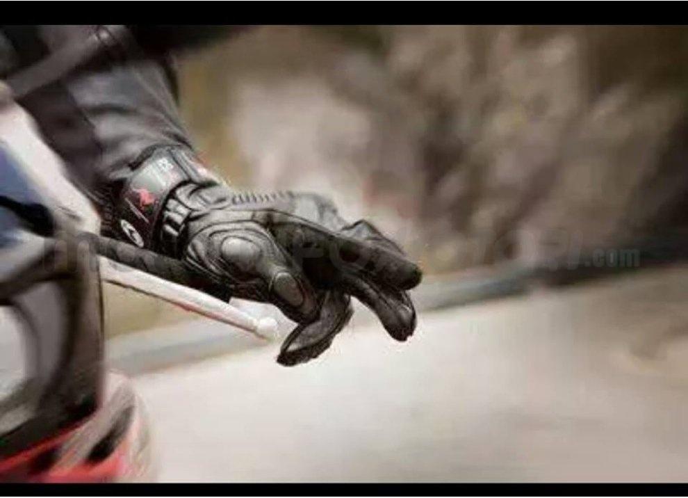 Classifica: i 5 segni tra motociclisti che ogni biker dovrebbe conoscere - Foto 1 di 10