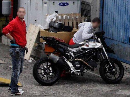 Ducati Hypermotard 848 prima foto spia - Foto 5 di 9