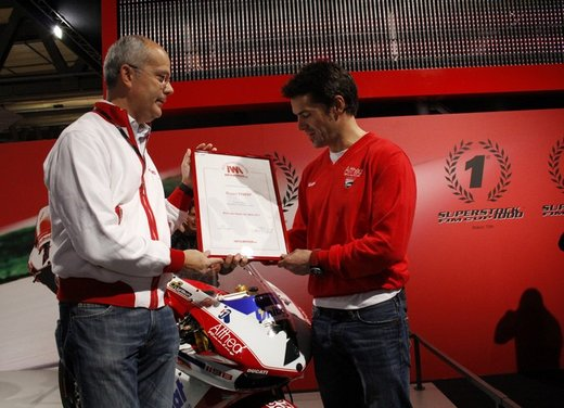 """Ducati 1198 SP """"Moto più Bella del Web 2011"""": Carlos Checa riceve il premio - Foto 3 di 11"""
