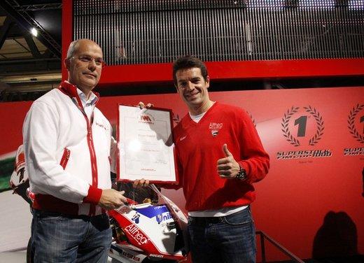 """Ducati 1198 SP """"Moto più Bella del Web 2011"""": Carlos Checa riceve il premio - Foto 4 di 11"""