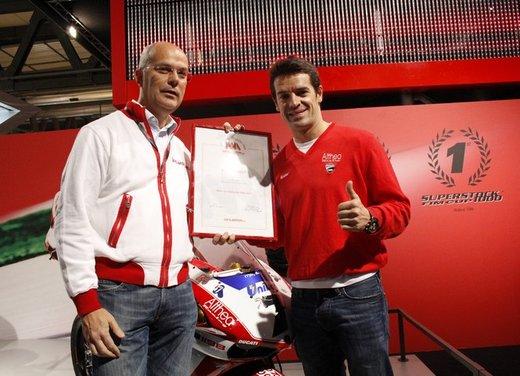 """Ducati 1198 SP """"Moto più Bella del Web 2011"""": Carlos Checa riceve il premio - Foto 5 di 11"""