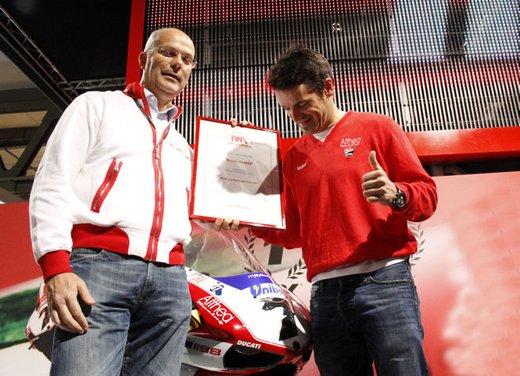"""Ducati 1198 SP """"Moto più Bella del Web 2011"""": Carlos Checa riceve il premio - Foto 6 di 11"""