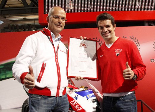 """Ducati 1198 SP """"Moto più Bella del Web 2011"""": Carlos Checa riceve il premio - Foto 1 di 11"""