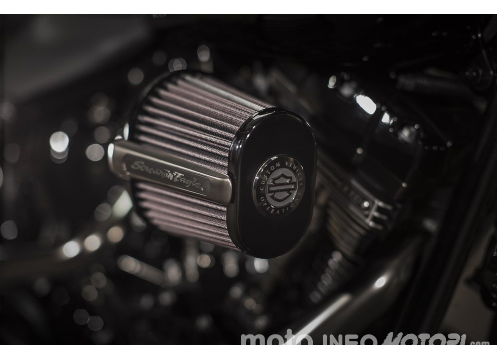 Harley Davidson CVO Pro Street Breakout 2016: stile americano al 100% - Foto 8 di 15