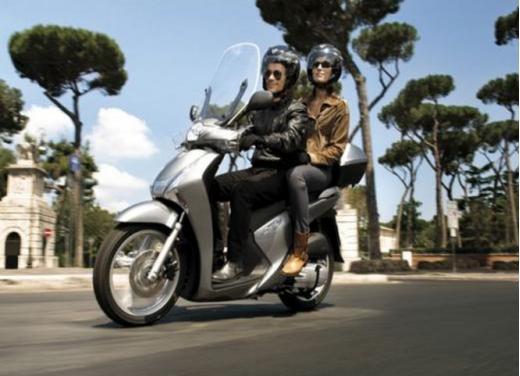 Honda SH, lo scooter a ruote alte è leader assoluto del mercato