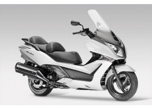 Honda SW-T 400, maxiscooter classico dal motore unico - Foto 4 di 5