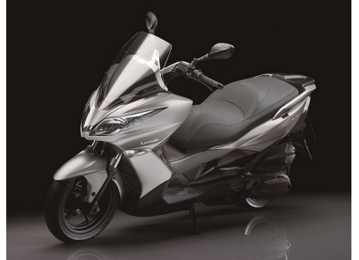 Kawsaki J300, continua la promozione sul nuovo scooter sportivo Kawasaki - Foto 5 di 10