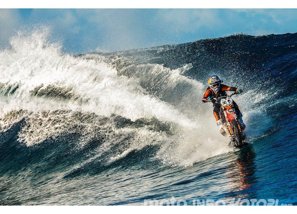 Robbie Maddison fa Surf con una KTM 450 a Thaiti, il video - Foto 1 di 10