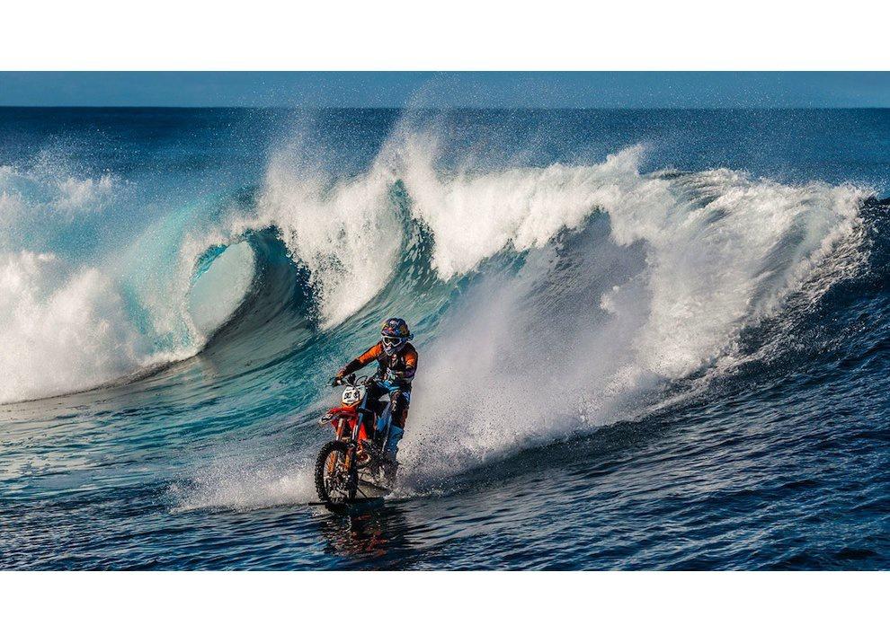 Robbie Maddison fa Surf con una KTM 450 a Thaiti, il video - Foto 2 di 10