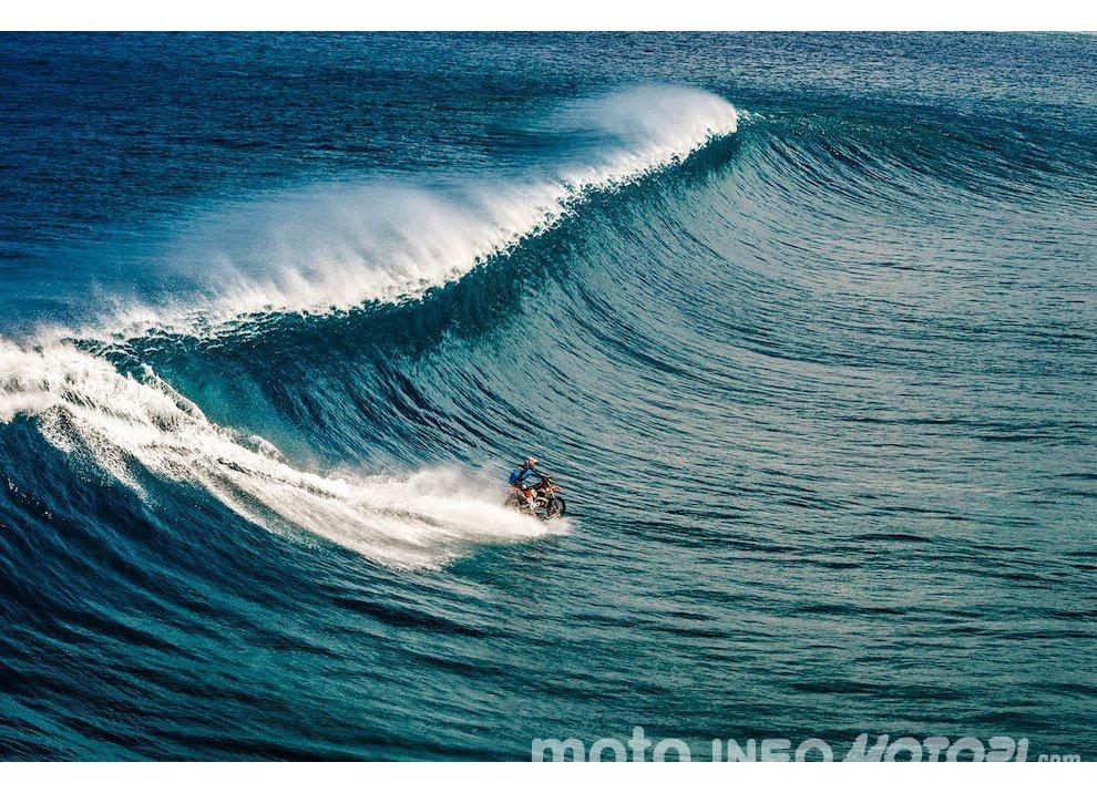 Robbie Maddison fa Surf con una KTM 450 a Thaiti, il video - Foto 3 di 10