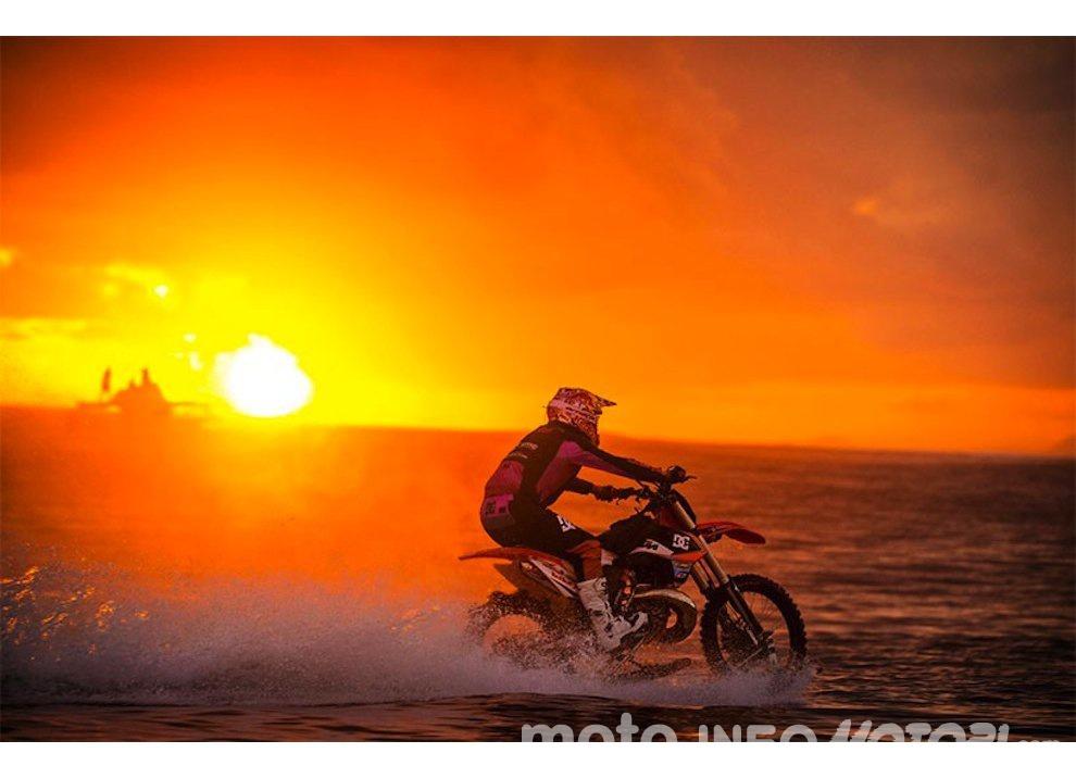 Robbie Maddison fa Surf con una KTM 450 a Thaiti, il video - Foto 7 di 10
