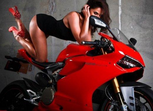 Ducati 1199 Panigale e la sexy biker - Foto 6 di 20