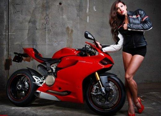 Ducati 1199 Panigale e la sexy biker - Foto 12 di 20