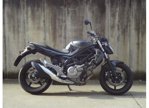 Suzuki Gladius 650 ABS: test ride della naked pratica ma con stile - Foto 7 di 15