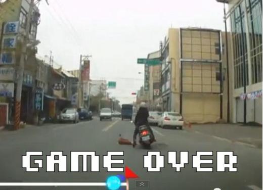Un piccolo incidente in scooter trasformato in un videogioco Arcade