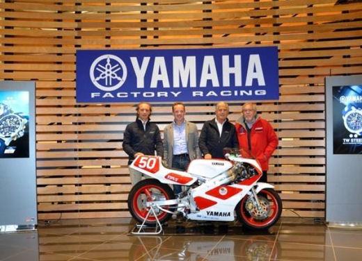 Yamaha TZ-250 benefico consegnato da Agostini e Cadalora - Foto 2 di 4