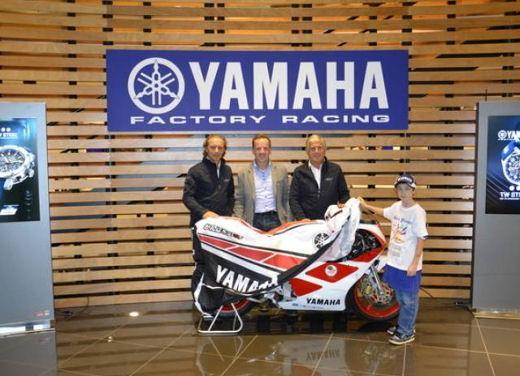 Yamaha TZ-250 benefico consegnato da Agostini e Cadalora - Foto 1 di 4