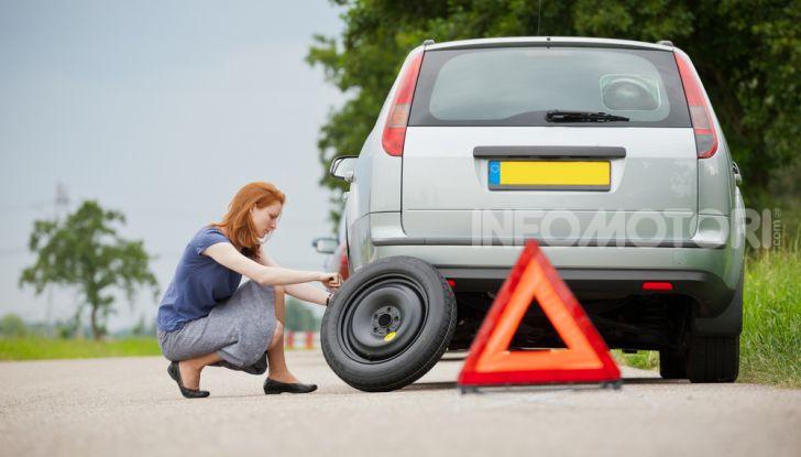 Come guidare con una ruota a terra in caso di emergenza - Foto 7 di 10