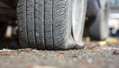 Come guidare con una ruota a terra in caso di emergenza