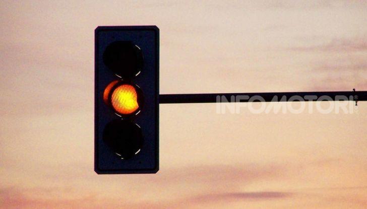 Semaforo giallo: quando accelerare, rallentare o fermarsi - Foto 3 di 10