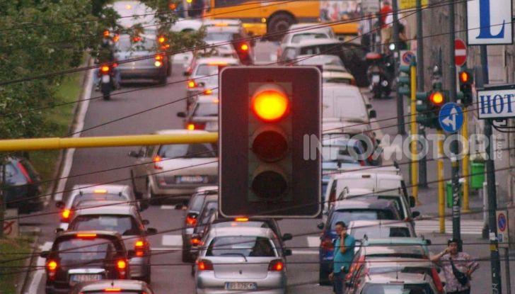 Semaforo giallo: quando accelerare, rallentare o fermarsi - Foto 4 di 10
