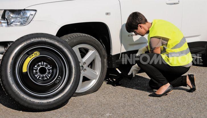 Come guidare con una ruota a terra in caso di emergenza - Foto 5 di 10