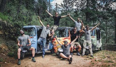 La corsa più pazza del mondo si fa sull'Himalaya con l'Apecar