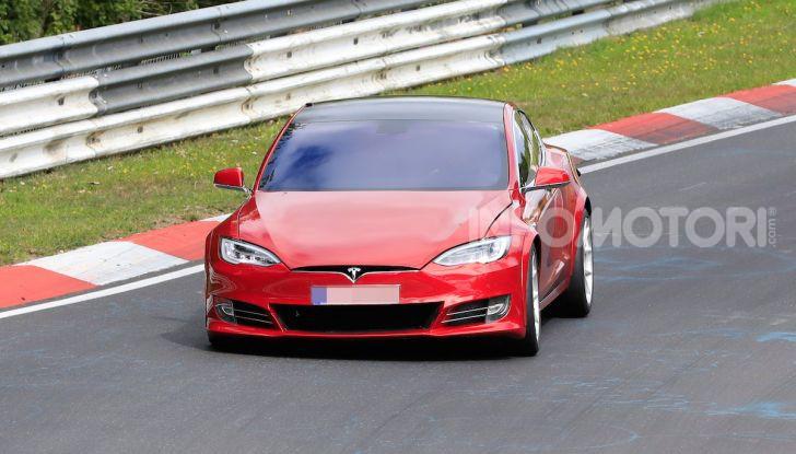 Tesla Model S al Nurburgring per battere il record della Porsche Taycan - Foto 7 di 35