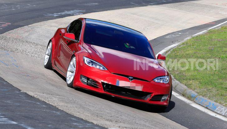 Tesla Model S al Nurburgring per battere il record della Porsche Taycan - Foto 28 di 35