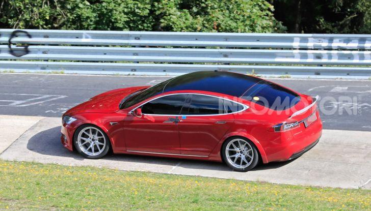 Tesla Model S al Nurburgring per battere il record della Porsche Taycan - Foto 33 di 35