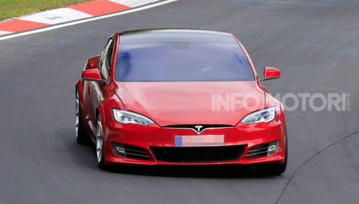 Tesla Model S al Nurburgring per battere il record della Porsche Taycan - Foto 9 di 35