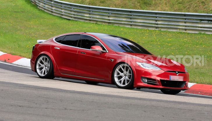 Tesla Model S al Nurburgring per battere il record della Porsche Taycan - Foto 16 di 35