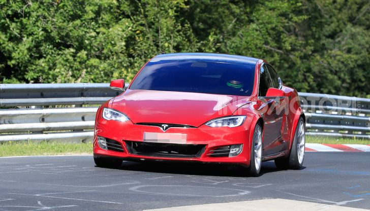 Tesla Model S al Nurburgring per battere il record della Porsche Taycan - Foto 27 di 35