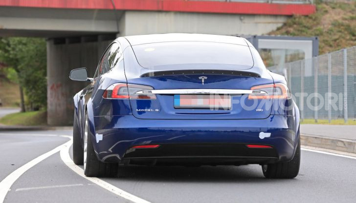 Tesla Model S al Nurburgring per battere il record della Porsche Taycan - Foto 8 di 35