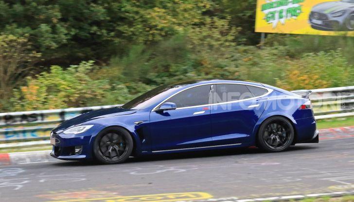Tesla Model S al Nurburgring per battere il record della Porsche Taycan - Foto 1 di 35
