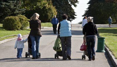 Coronavirus: il Viminale dà il via libera alle passeggiate con figli, anziani e disabili