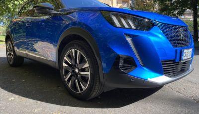 [VIDEO] Prova Peugeot e-2008: il SUV compatto francese che stupisce