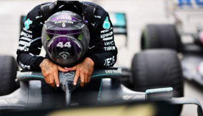 """Lewis Hamilton diventa """"Sir""""… ma in F1 è ufficialmente senza un sedile"""