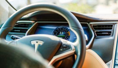 Tesla: la modalità Boombox le trasforma in uno stereo portatile
