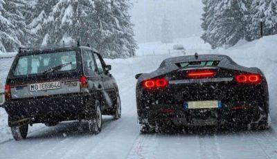 Fiat Panda 4×4 vs Ferrari SF90 Stradale: chi vince la sfida in partenza sulla neve?