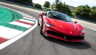 Ferrari SF90 Stradale: la Coupé e la Spider a Imola con Leclerc e Sainz