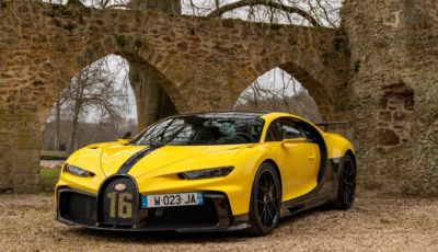 Bugatti Chiron Pur Sport sul set fotografico di un monastero francese