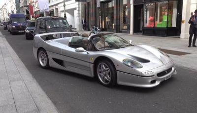 Una Ferrari F50 argento per le strade di Londra